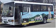 秋田犬のラッピングがかわいい♪リムジンバスで空港と大館駅を快適移動。