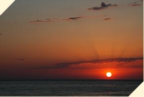 夕陽海岸で日本海に沈む夕陽を眺める