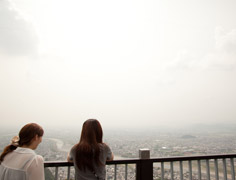 街を一望にする金華山
