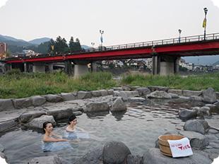 無料で楽しめる足湯や噴泉池