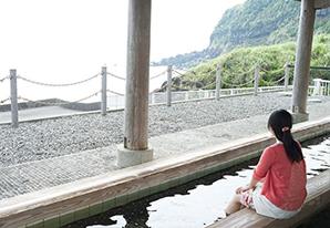 海を見わたす「中之郷の足湯」