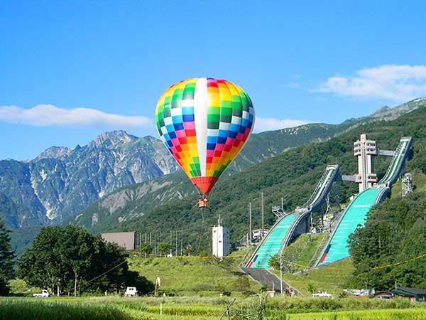 カラフルな気球で大空へ「熱気球」