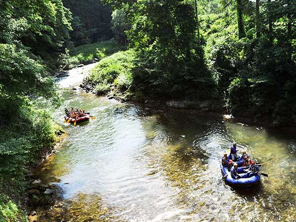 水色の川で迫力ある川旅「ラフティング」