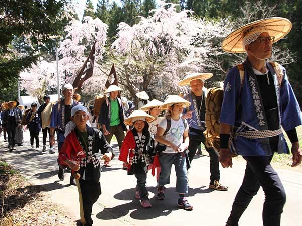 昔を偲んで歩く「塩の道祭り」
