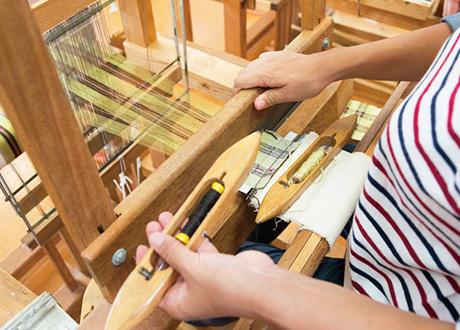 緯糸の色を変えるときは左手の手投げ杼を変える