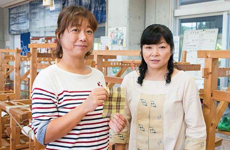 生まれて初めて織ったコースターを手に山城さんと記念撮影