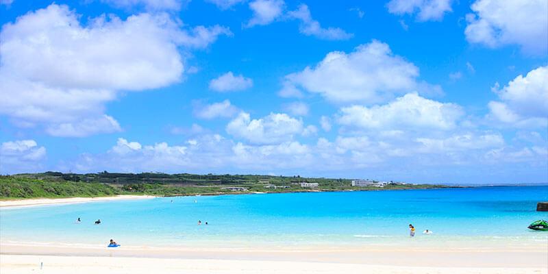 鮮やかな白い砂と青い海のコントラスト