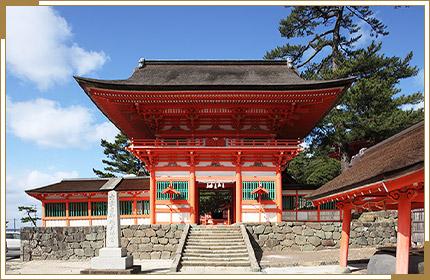 海に映える朱塗りの社殿が鮮やか 日御碕神社