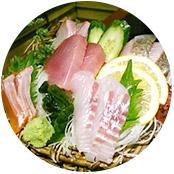 (上)レナさん撮影。たくさんの魚が見える海の中。 (下)アユミさん撮影。新鮮で美味しいお刺身が食べられる!