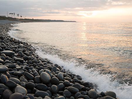 カラコロと音を立てる浜神秘に満ちたパワースポットへ