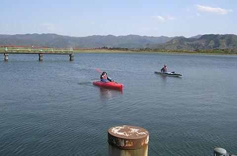 魚つかみどりにカヌー!清冽な水を満喫