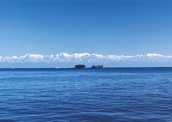 氷見から望む海越しの立山連峰