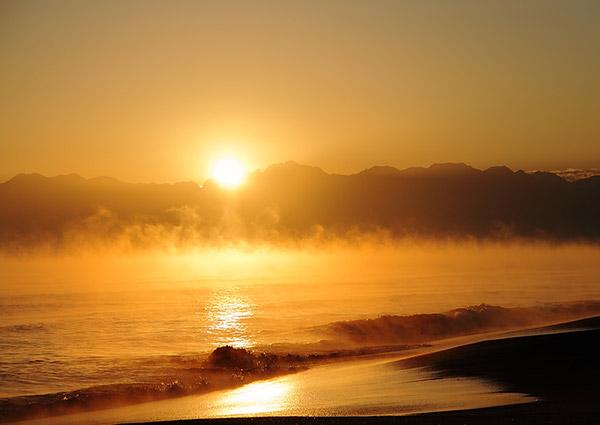 立山連峰越しに昇る朝日