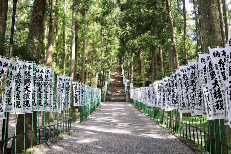 熊野本宮大社に立ち並ぶ無数の旗