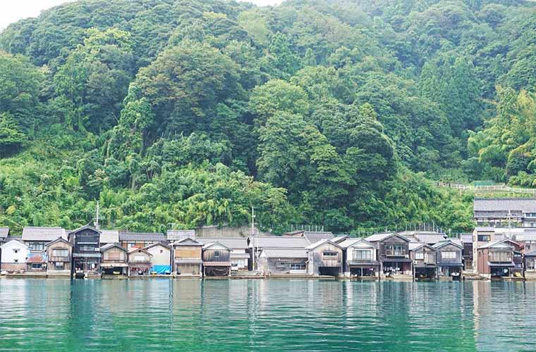 遊覧船からの伊根の舟屋の眺め