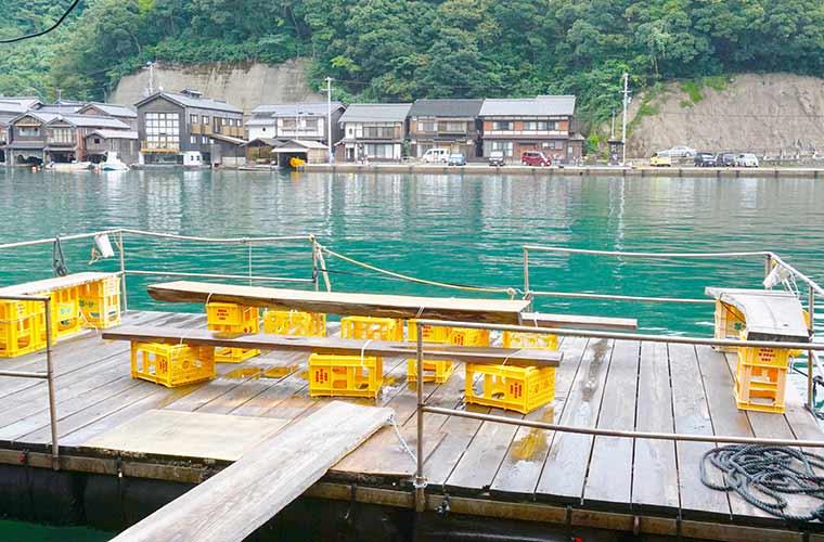伊根の舟屋が眺められるイートインスペース