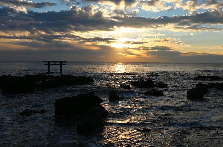 太平洋から昇る太陽と鳥居が神秘的な神磯の鳥居