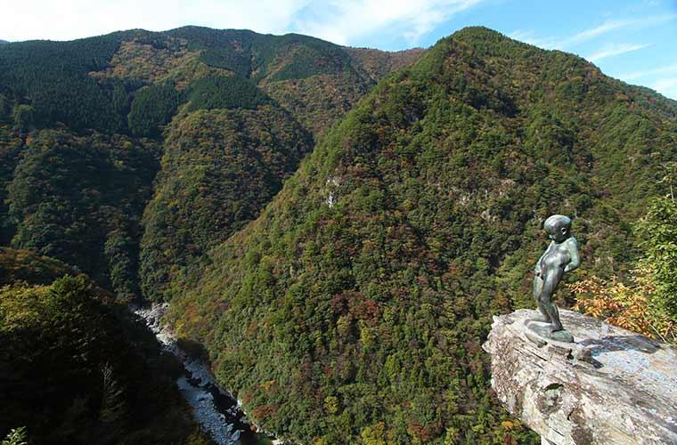 祖谷渓の絶景を一望できる場所にいる小便小僧像