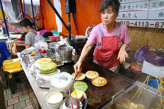 東門市場で売られる韓国のB級グルメは安くて美味