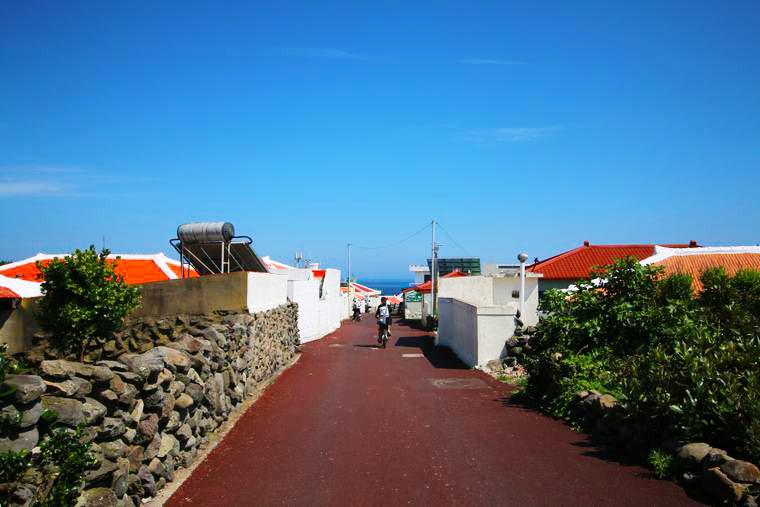 赤い屋根が印象的な加波島の民家