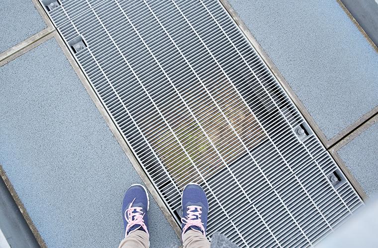 足元の隙間から下が見える