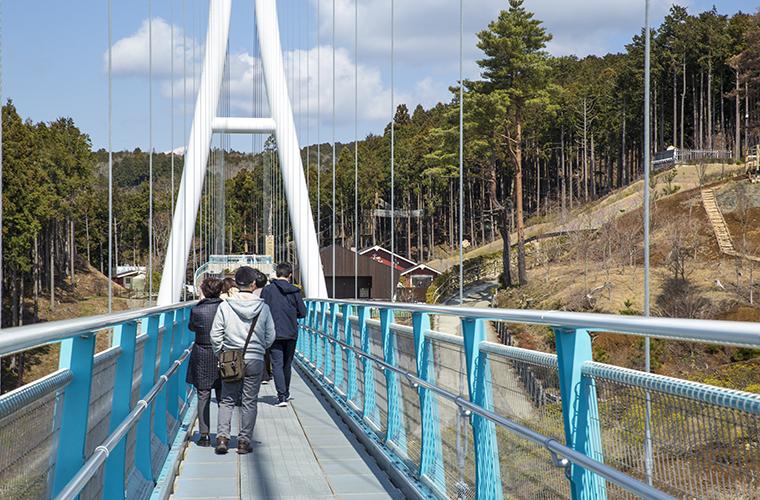 橋の歩道幅は大人2人がゆったり並んで歩けるほど