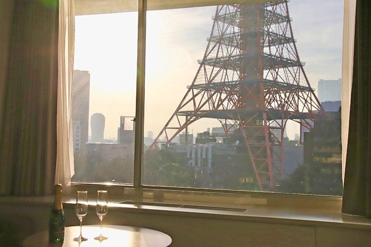 夕日を浴びて輝いて見える東京タワー
