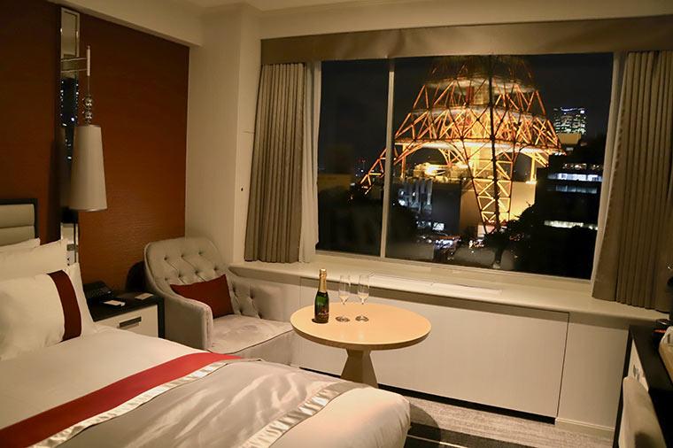 クラブフロアの魅力が一気に増すのが東京タワーがライトアップされた夜