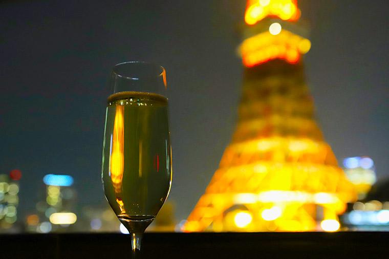 手元のシャンパンにも東京タワーが溶け込む