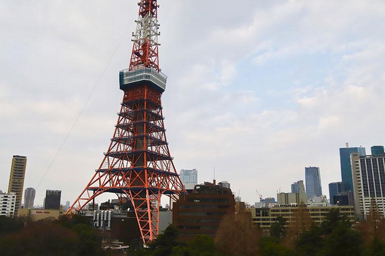 朝もやで淡く浮かび上がる東京タワー