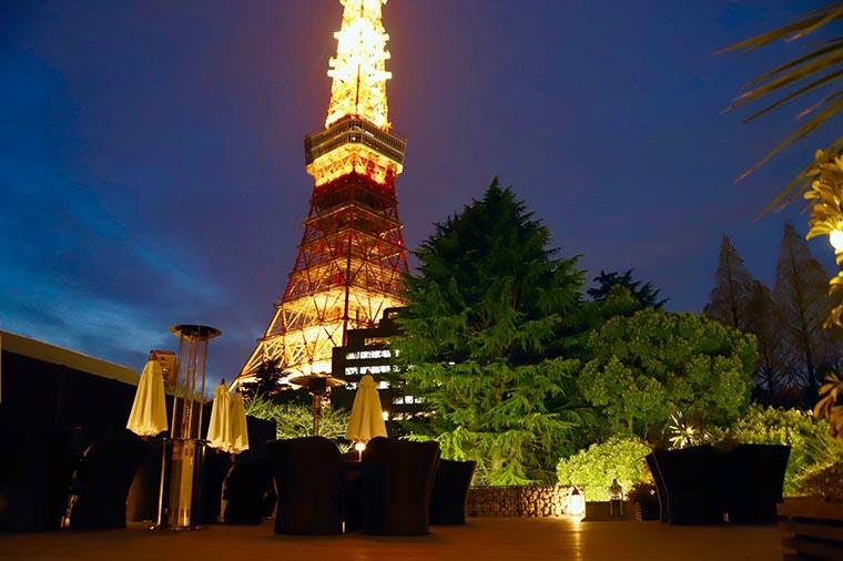夜空に煌々と輝く東京タワーが照明代わりに