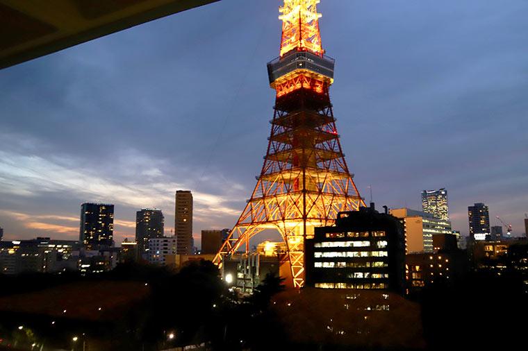 夕暮れ時のライトアップが点灯する前後の東京タワーが一番美しいという