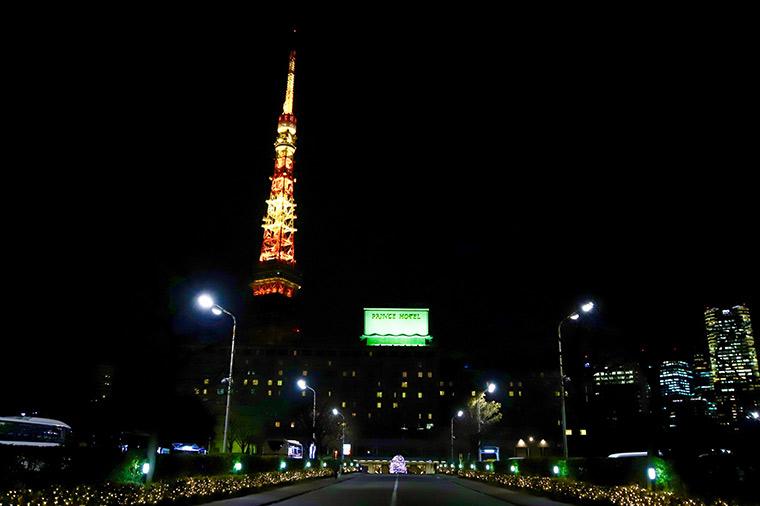 寄り添うように建つ東京タワーと東京プリンスホテル