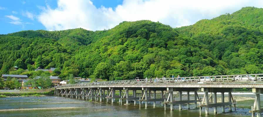 Will looking back when crossing the Togetsu Bridge in Arashiyama result in a breakup?
