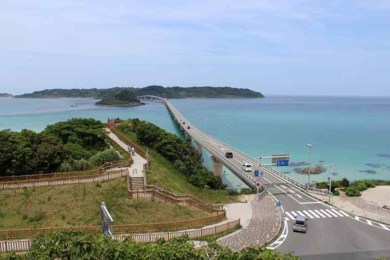 高台から角島大橋を見渡す