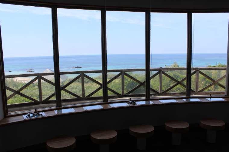 つのしま自然館内のテラス席