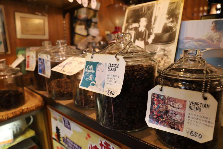 レトロな純喫茶のような趣あるブラジレイロの店内
