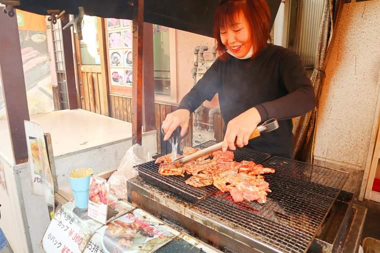 豚カルビを炭火で焼き上げる