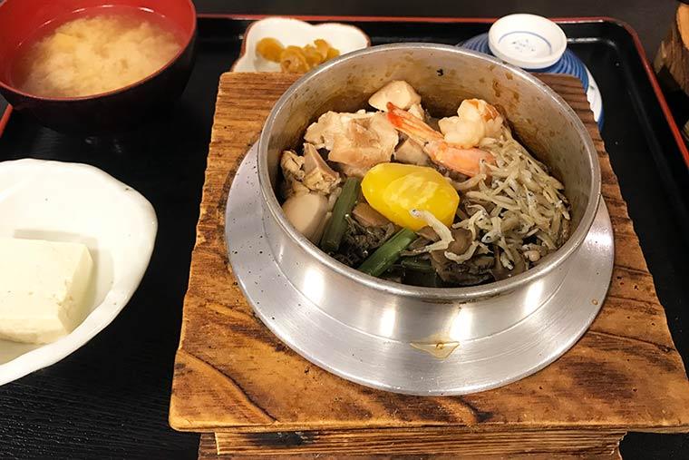 地元食材を使った釜飯店「いいやま亭」