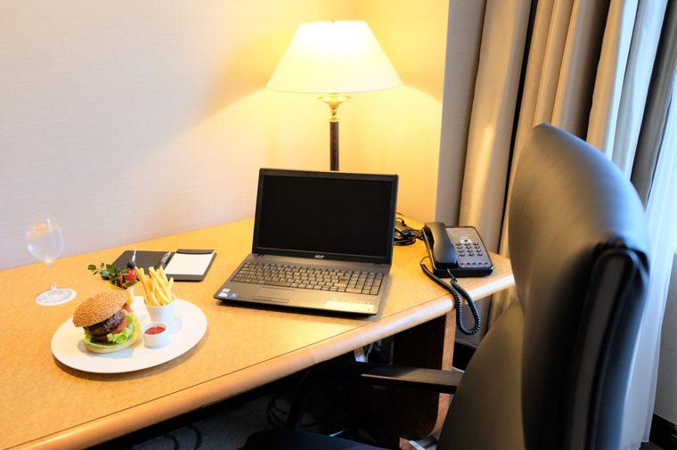 ウェスティンホテル大阪 ルームサービス 黒毛和牛と霧島山麓豚のハンバーガー