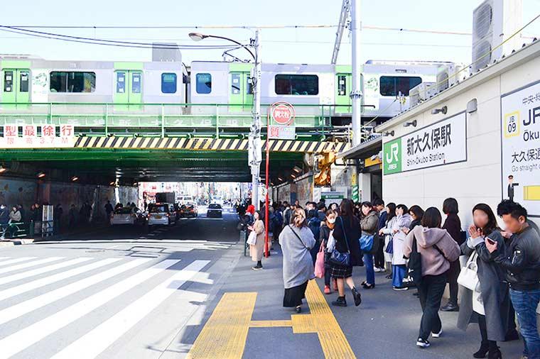 食べ歩きグルメの宝庫の新大久保駅前
