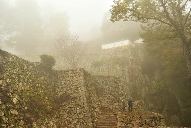 雲海がかかっている中の備中松山城