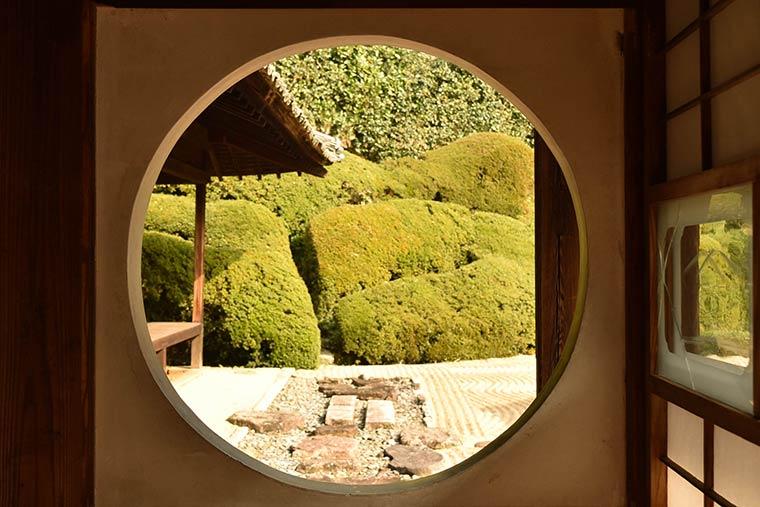 愛宕山を借景にした庭園