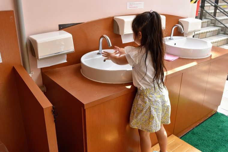 シャトレーゼ白州工場 アイス試食コーナーの洗面台