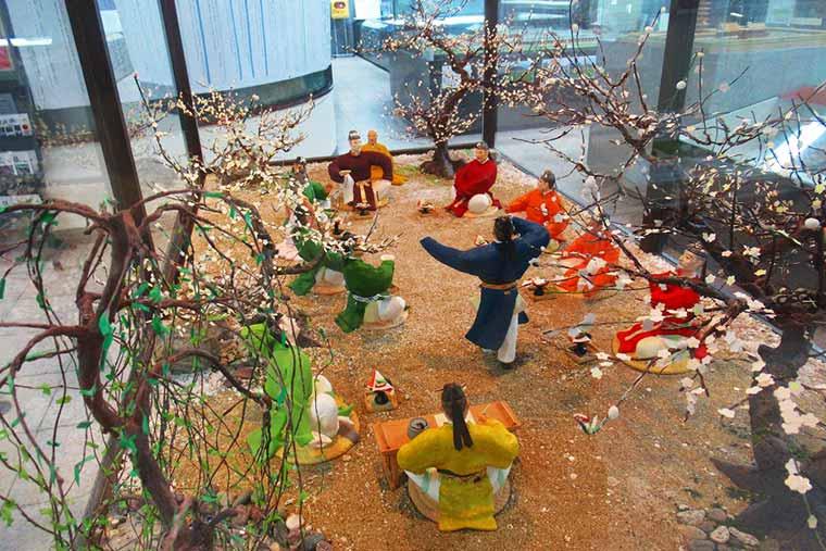 「梅花の宴」を再現した博多人形