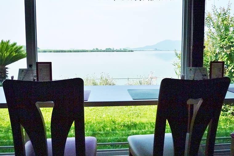 西の湖に面したカフェ「プティ キャナル」