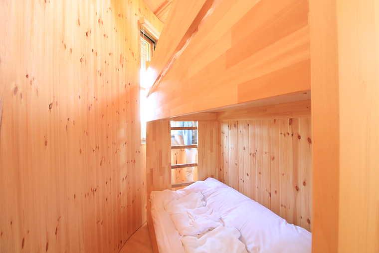 星のコクーンの寝室にある2段ベッド