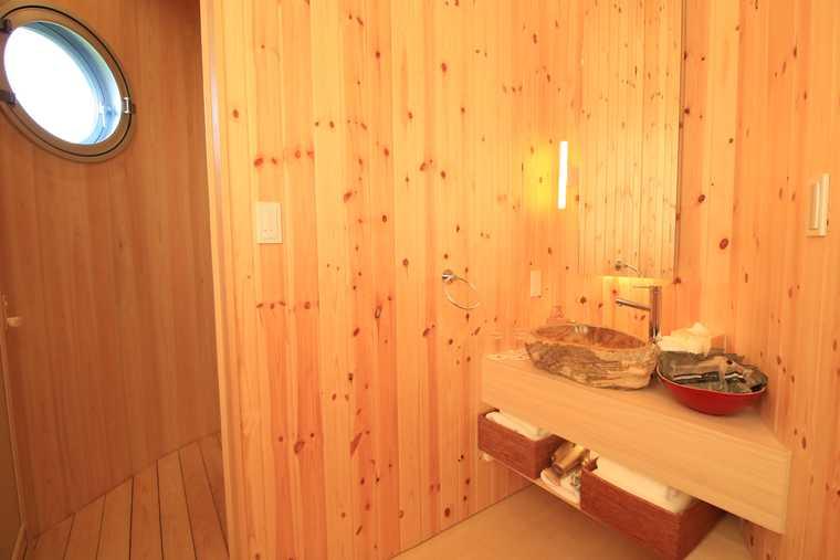 洗面所やお手洗いもナチュラルな木の雰囲気で統一