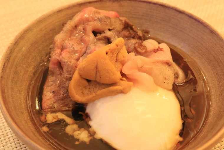 軽く焼いたお肉に、半熟卵、淡路産のウニを乗せた贅沢な一品