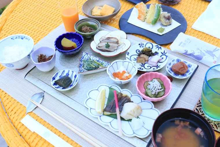 朝のお始め膳他が並ぶ朝食